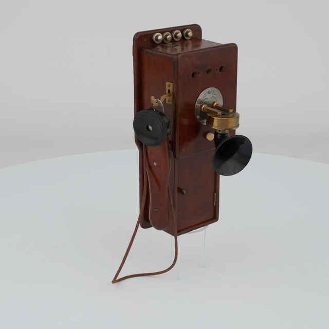 Telefón nástenný