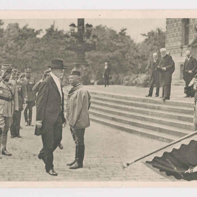 Pohľadnica: T. G. Masaryk pred budovou parlamentu