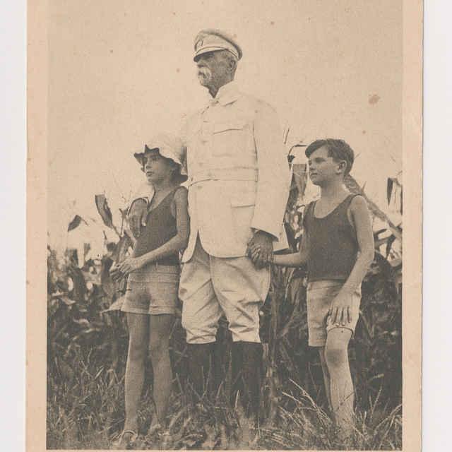 Pohľadnica: T. G. Masaryk s vnukmi