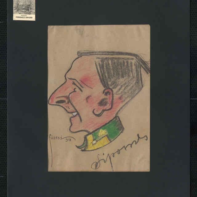 Pastel na papieri - karikatúra vojaka, hlava muža z profilu otočená doľava, bez čiapky, tmavé rovné vlasy, s úsmevom na tvári; vpravo dole autogram - Sipos, vľavo dole sign.: Füzesi 918; rozm.: 43,5 x 30,5 cm