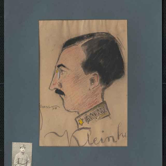Pastel na papieri - karikatúra vojaka, hlava tmavovlasého muža s fúzikmi z profilu otočená doľava, na výložke blúzy husľový kľúč s notami, vpravo dolu autogram Klein, signatúra vľavo dolu: Füzesi 918; rozm.: 41,5 x 30,5 cm