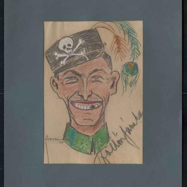 Pastel na papieri - karikatúra vojaka, hlava muža z predu, so širokým úsmevom , v šiltovke. Na nej lebka s prekríženými kosťami, v čiapke zastoknuté pávie pero a klas, vpravo dole ničitateľný autogram, vľavo dole signatúra - Füzesi 918; rozm.: 43,5 x 30,5