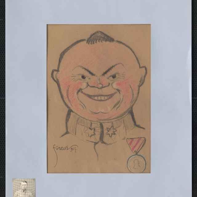 Pastel na papieri - karikatúra vojaka, hlava muža spredu, okrúhla, takmer bez vlasov, široký úsmev v pretučnelej tvári na hrudi vyznamenanie. Vpravo hore tužkou autogram: Sisak, vľavo dole signatúra: Füzesi 917; rozm.: 40,5 x 30 cm