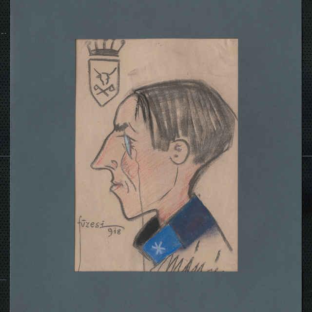 Pastel na papieri - karikatúra vojaka, hlava muža z profilu otočená doľava, bez čiapky, s cvikrom, v ľavom hornom rohu erb s korunkou, v štíte týčia hlava a skrížené sekery, vpravo dole autogram - Mészáros, vľavo sign.: Füzese 918; rozm.:44 x 30,5 cm