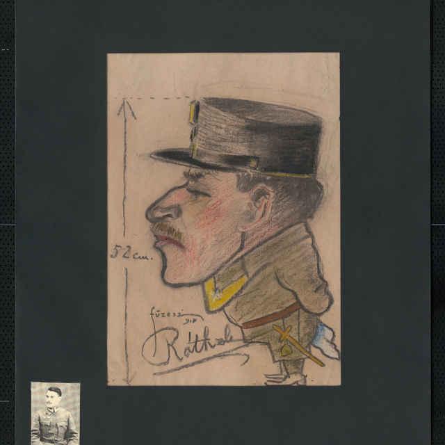 Pastel na papieri - karikatúra vojaka, celá postava z ľavej strany, s brigadírkou na hlave, malé fúziky, vľavo kóta označujúca výšku postavy - 52 cm; vľavo dolu autogram Róthzl, nad ním signatúra - Füzesi 918; 41 x 31 cm