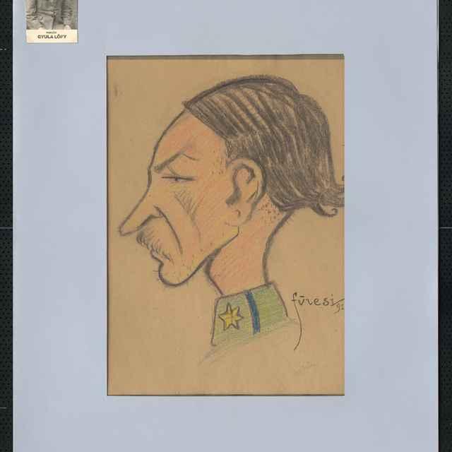 Pastel na papieri - karikatúra vojaka, hlava muža z profilu otočená doľava, dlhšie tmavé vlasy na koncoch vytočené, dlhý nos, fúzy, chudý, dlhý krk, vpravo dole sign.: Füzesi 917, pod ňou tužkou napísané meno: Lopy Gyula; rozm.: 39 x 30 cm