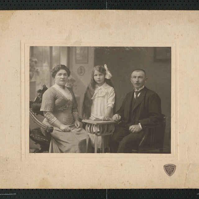 Pozitív - Skupinový portrét rodiny pána Wolfa