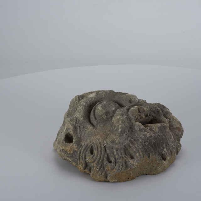 Kamenný článok v podobe hlavy, fragment
