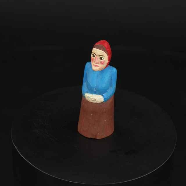 Plastika drevená maľovaná - Žena v červenej šatke