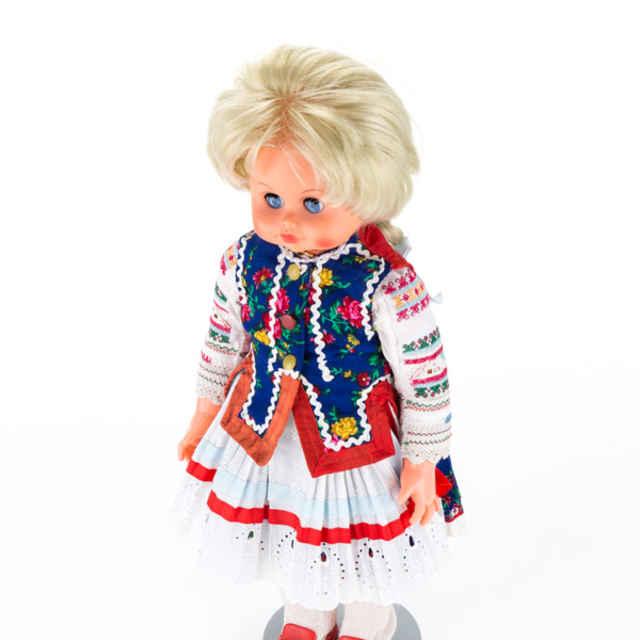 Bábika v žiranskom kroji - biele pančušky červené topánky