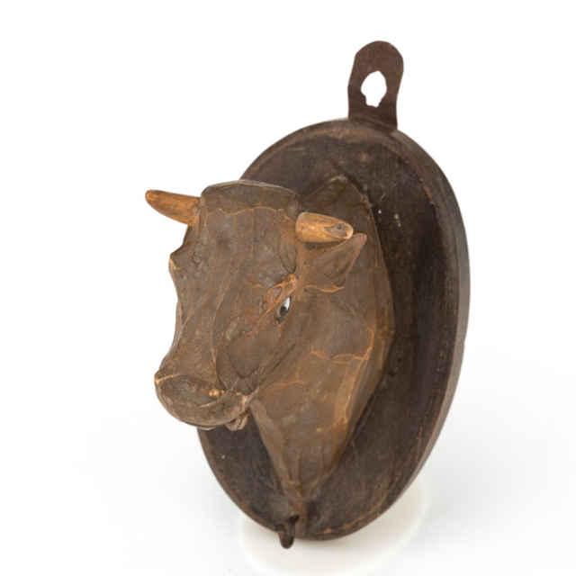 Drevená hlava kravy so zvoncom
