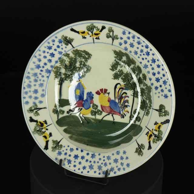 tanier kameninový, na dne kohútik a sliepočka, za nimi domček, na okraji tri skupiny vtáčikov, na zadnej strane značený