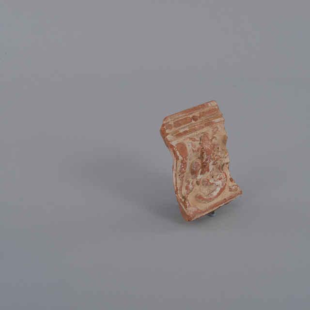 Kachlica rímsová, fragment