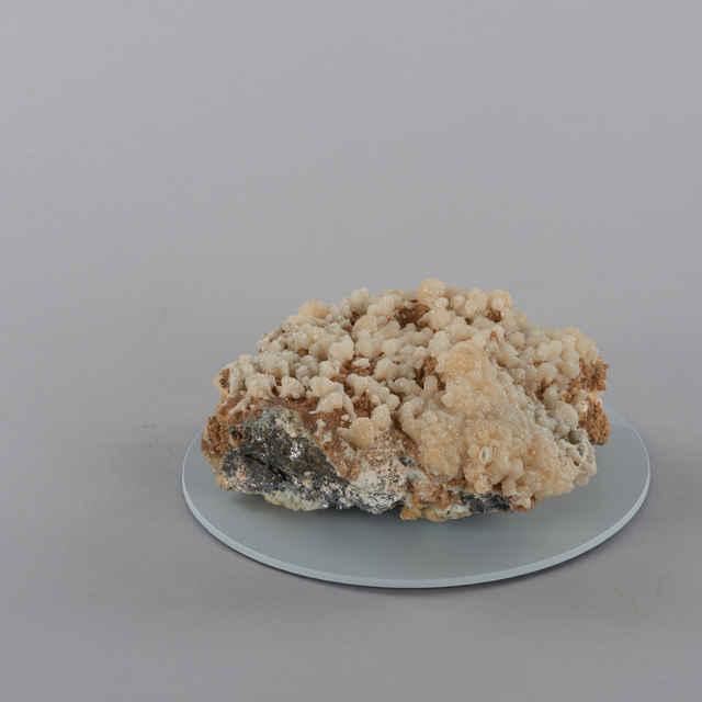 Manganokalcit, dolomit, galenit, sfalerit, ílový minerál