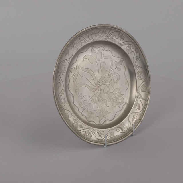 Misa plytká, cínová, gravírovaný kvetinový dekor, iniciály, M L S 1478, drôt na zavesenie, p. 31,5cm