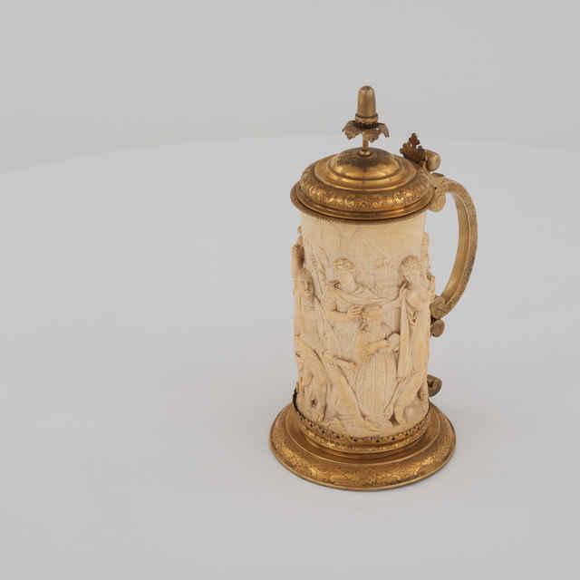 Korbel slonovinový - reliéf - bojová scéna, kov. montáž - pozlát. kov, grav. dekor, v.31cm