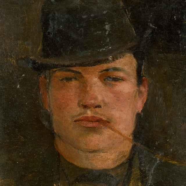 Hlava mládenca v tvrdom klobúku s viržinkou