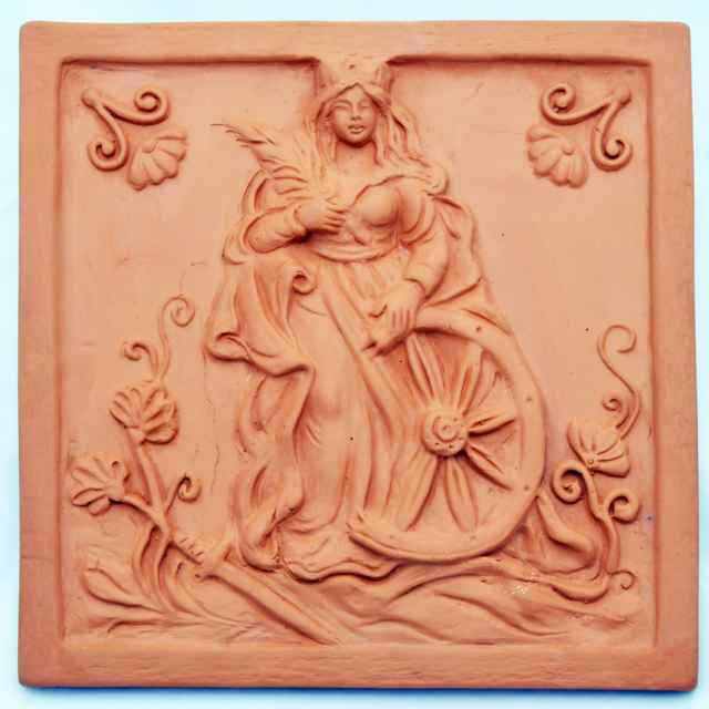 Kachlica reliéfna prežahová - Hanusková, Mária