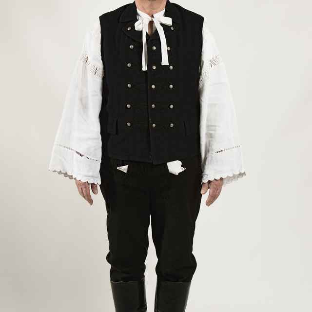 Mužský sviatočný odev z Cífera 001-01