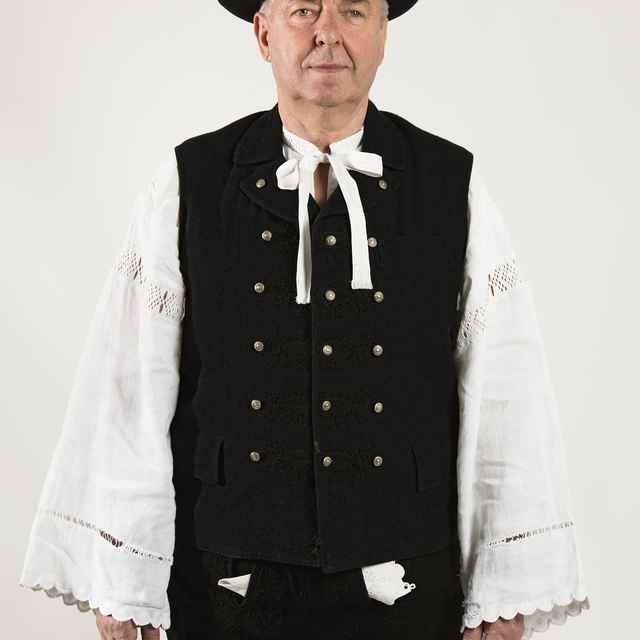 Mužský sviatočný odev z Cífera 001-03