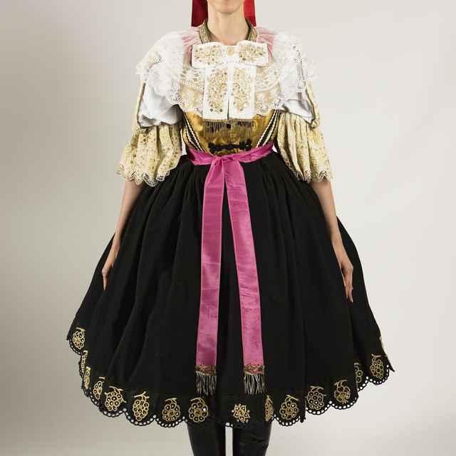 Dievčenský sviatočný odev z Cífera 002-02