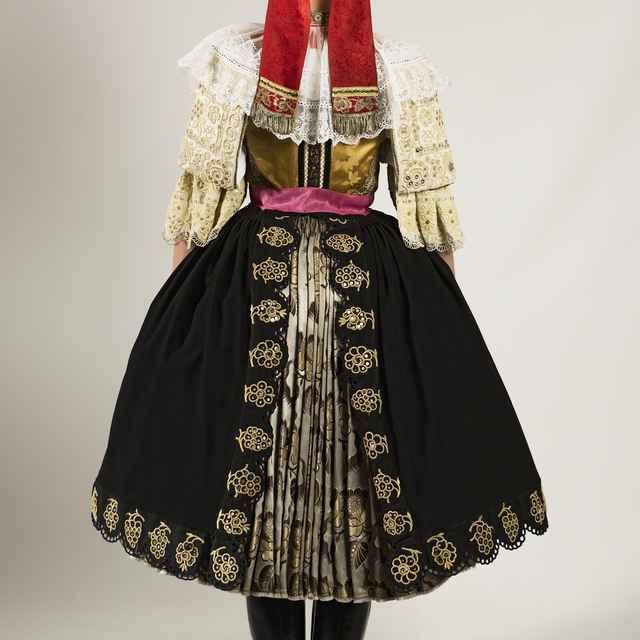 Dievčenský sviatočný odev z Cífera 002-03