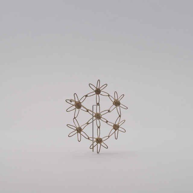 Snehové vločky - Vianočné ozdoby pletené z postriebreného medeného <u>drôtu</u>, pletené na spôsob gatričiek z ľudových výšiviek