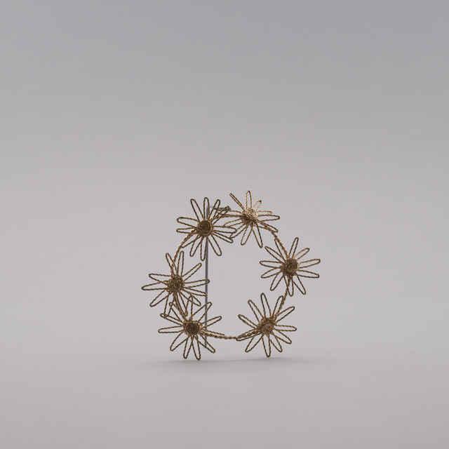 Ozdoba pletená z postriebreného <u>drôtu</u> na spôsob gatričiek