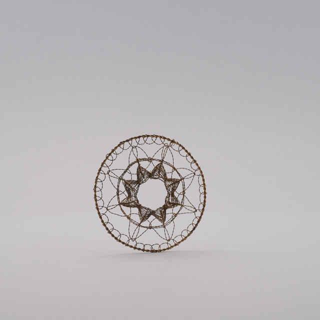 Gatričky s rôznymi vzormi - Vianočné ozdoby pletené z postriebreného medeného <u>drôtu</u>, pletené na spôsob gatričiek zľudových výšiviek
