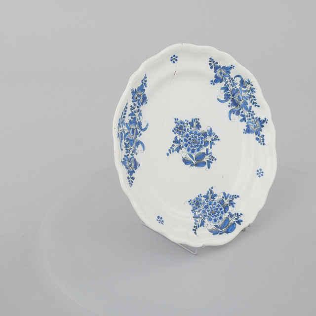 Tanier plytký, zvlnený okraj, biela poleva, modrá kytička, zn. B., p. 24cm