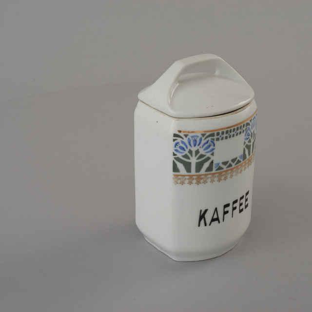 Nádoba na kávu z kuchynskej súpravy, biela keramika, modro-zelený kvetinový dekor, zlatý ornament, čierny nápis v nemčine