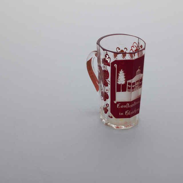 Pohár kúpeľný s uškom, 200 ml, sklo, rubínová lazúra, rytá architektúra, Konstantinquelle in Gleichenberg, listy viniča, 19. st., v. 11,9, hore ovál 6,7x6,4cm