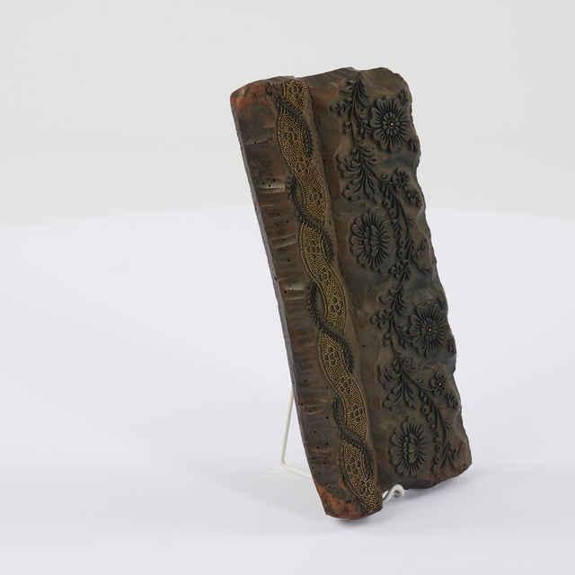 Forma modrotlačová, drevo, kov, na okraji krajkový motív, lístkové vetvičky, stuha s bodkovaním, kvety, 28x14x2,5cm