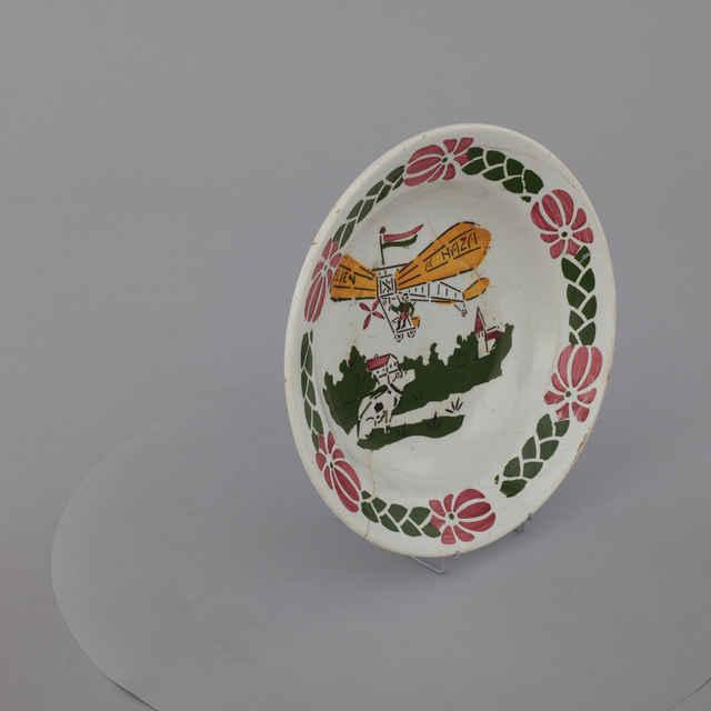 Tanier - keramika, po obvode ružovo-modrý dekor, v strede <u>pes</u>, lietadlo so žltými krídlami