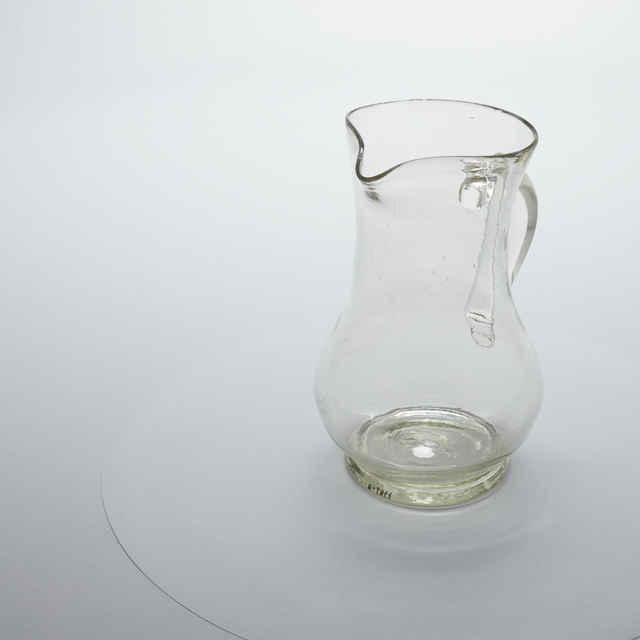 Džbán na víno, bezfarebné sklo, s výlevkou, v. 22cm