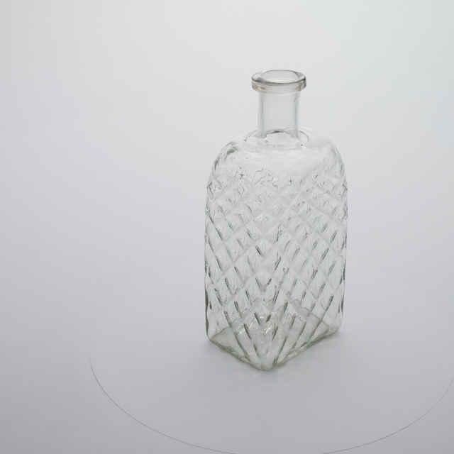 Fľaša - bezfarebné sklo, štruktúrovaná <u>drôtom</u>, hranatá, v. 30, š. 12, 5x9cm