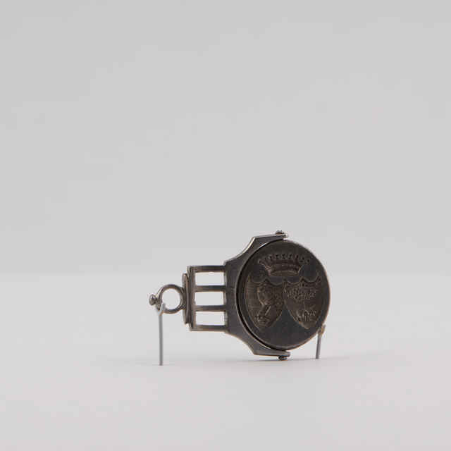 Pečatidlo šľachtické, železo, poniklovaný kov, oválny tvar, otočné, 2 štíty, kôň na korunke, <u>pes</u>, strom, grófska koruna, 2,5x2,2cm