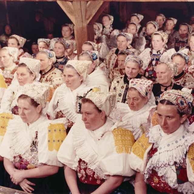 Ženský sviatočný odev z Podpoľania 001-01