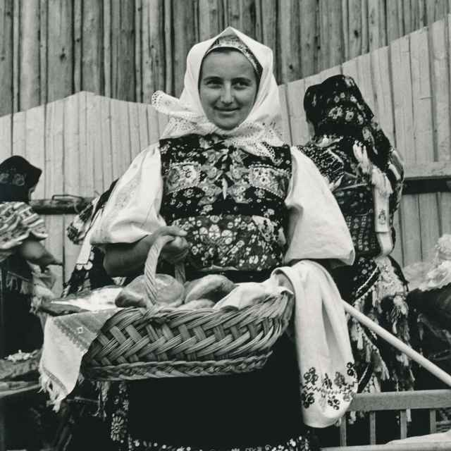 Ženský sviatočný odev zo Slatinských Lazov 001-01