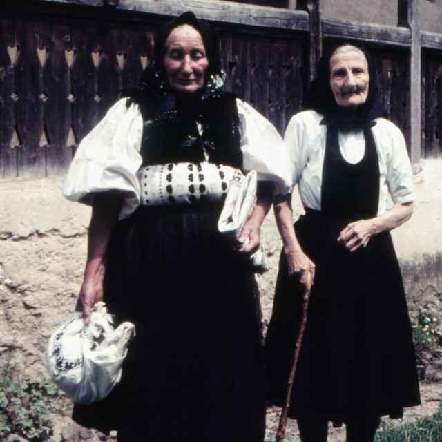 Ženský sviatočný odev zo Slatinských Lazov 002-01