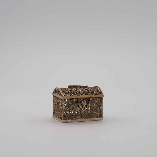 Dóza v tvare cest. kufra, postr. filigr. <u>drôt</u>, 19. stor.