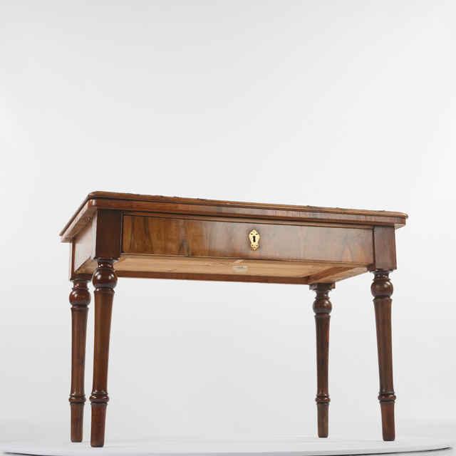 Stôl pracovný bulharského cára Ferdinanda Coburga s otváracou stolovou doskou, s jeho vlastnoručnými maľbami, dub dýhovaný orechovou dýhou, okolo r.1875