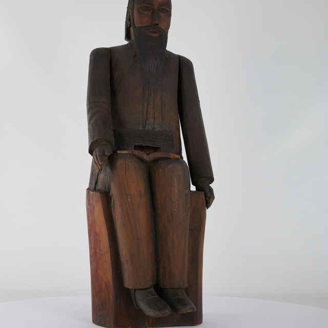 Úľ figurálny, drevený - sediaci muž
