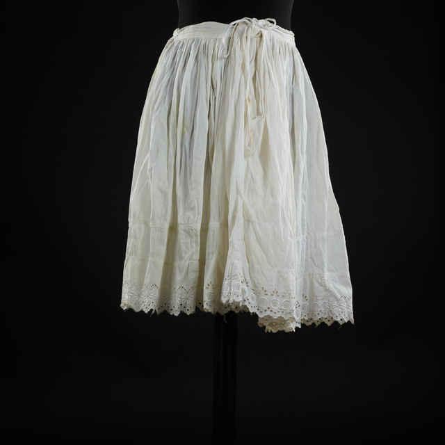 Spodnička biela, zdobená kupovanou čipkou čiernou