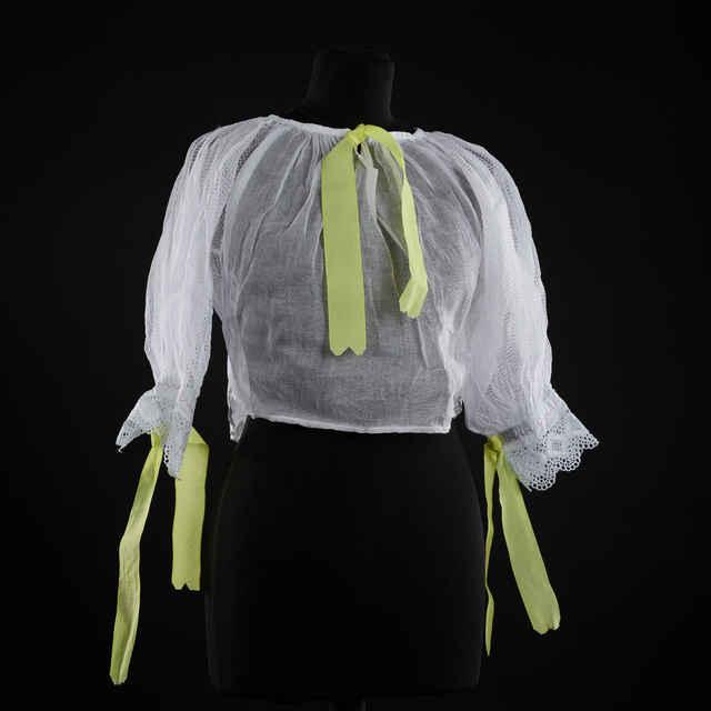 Rukávce biele, rukávy ukončené bielou dierkovanou výšivkou