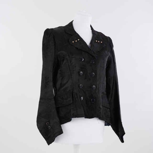 Kabátik saténový, čierny s ozdobnými perleťovými gombíkmi