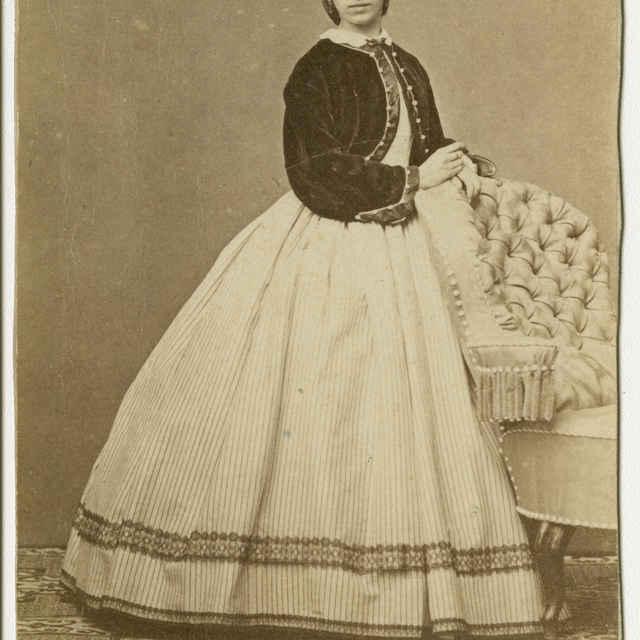 Fotografia ženy v krinolíne - Muzeálny objekt