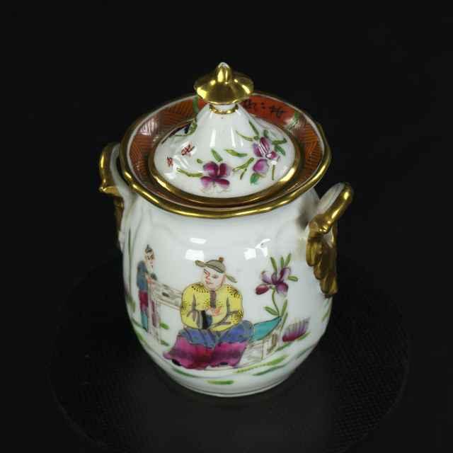 Cukornička z čajovej súpravy pre dve osoby, porcelán, na bielej glazúre maľovaný farebný čínsky dekor, 19. st.