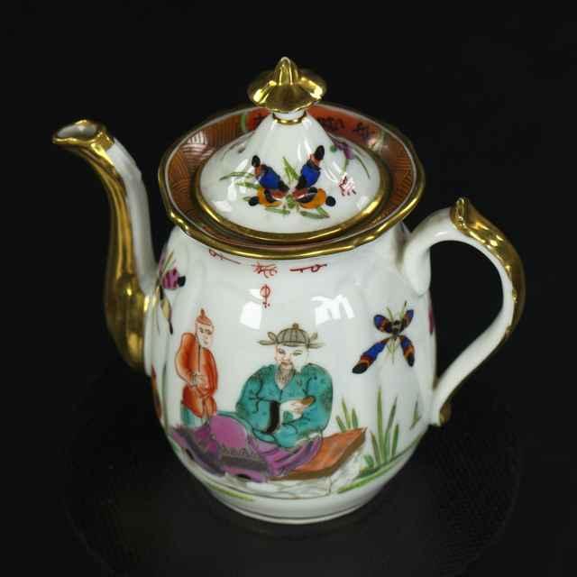 Kanvica na čaj z čajovej súpravy pre dve osoby, porcelán, na bielej glazúre maľovaný farebný čínsky dekor, 19. st.