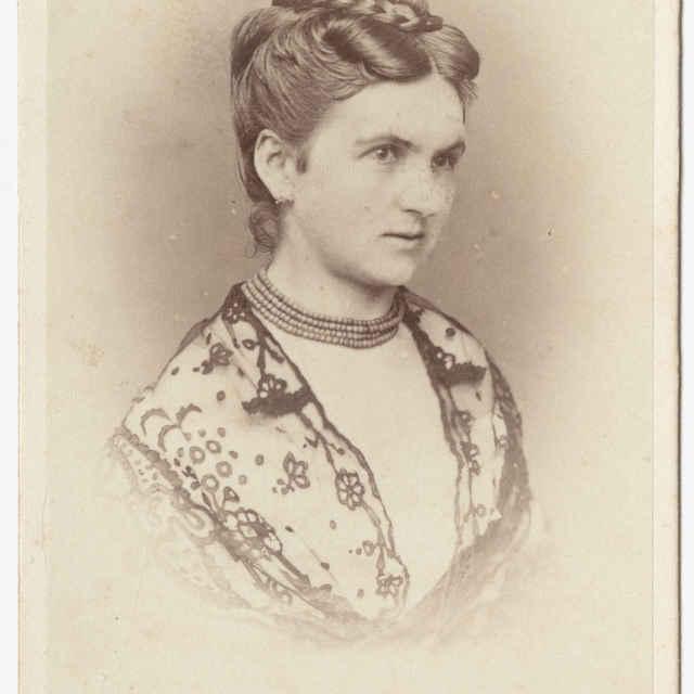 Fotografia ženy s tylovou šatkou - Muzeálny objekt